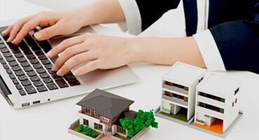 写真:家の模型とパソコン
